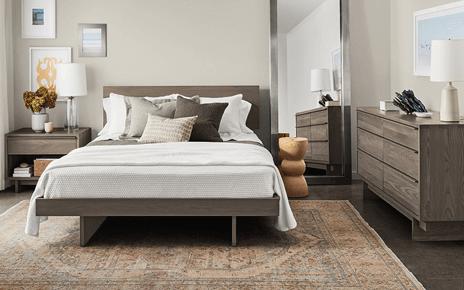 Phòng ngủ nên được hứng đủ ánh sáng vào ban ngày và chỉ cần bật đèn vào ban đêm, ánh nắng chiếu vào phòng ngủ vừa phải, vừa đủ, không quá chói