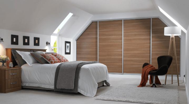 Đặt giường dưới trần dốc sẽ khiến bạn luôn cảm giác như có vật đè nặng lên người sẽ ảnh hưởng lớn tới sức khỏe của bạn