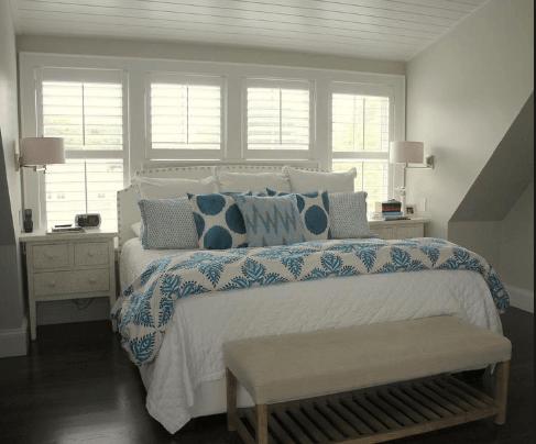 Kê giường dưới cửa sổ sẽ khiến nguồn năng lượng của bạn bị thoát ra ngoài khi ngủ vì thế khiến bạn cảm thấy mệt mỏi sau mỗi ngày thức dậy