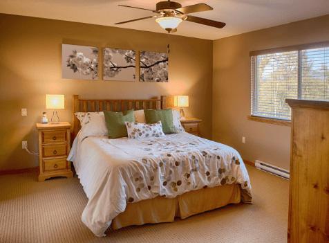 Treo tranh nghệ thuật trong phòng ngủ sẽ giúp bạn có thêm nguồn năng lượng mạnh mẽ, tinh thần sảng khoái cho bạn